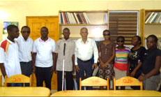 Le docteur Michel Péan entouré d'une partie des non-voyants qui ont reussi les examens d'Etat