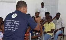 Titre: Des jeunes initiés au langage des sourds-muets pour mieux les comprendre