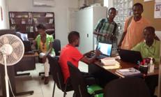 Des représentants d'OPHs utilisant les espaces de travail du Centre
