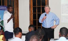 Le professeur Morris, face à son auditoire pour son exposé