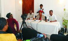 Trois représentants d'associations de personnes handicapées exigeant avec fougue la nomination du Secrétaire d'Etat